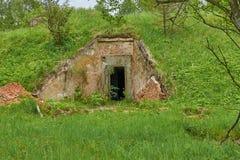 Gammal militär bunker i skog Royaltyfri Fotografi
