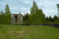 Gammal militär bunker i skog Arkivfoton