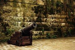 Gammal militär kanon på hjul för prydnadpapper för bakgrund geometrisk gammal tappning royaltyfria bilder