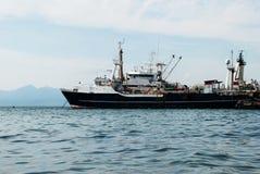 Gammal militär ship i tnefjärd royaltyfria bilder