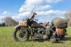 Gammal militär motorcykel med Röda korset Royaltyfria Bilder