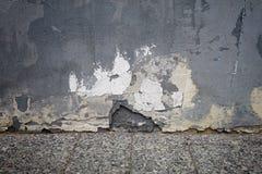 Gammal målad vägg med att smula murbruk Arkivfoton