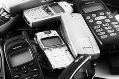 Gammal mobiltelefonhög Arkivbild