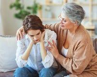 Gammal moder f?r lyckliga utvecklingar f?r familj tv? och vuxen dotter arkivfoton