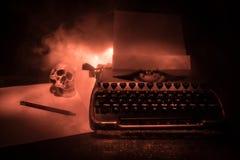 Gammal modetypewritter på mörk dimmig bakgrund Stäng sig upp av tappningtypewrittermaskinen arkivbilder