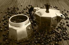 Gammal moka med kaffe Arkivbild