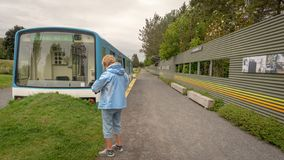 Gammal montreal tunnelbanabil som installeras på ingången av de Reford trädgårdarna, Metis-sur-MER, Quebec, Kanada royaltyfri fotografi