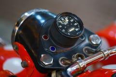Gammal mopedkontrollbord med hastighetsmätaren Arkivbild