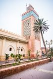 Gammal moské i Marrakesh på den dimmiga dagen Arkivfoto