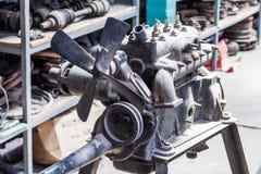 Gammal motor på tabellen för reparation Royaltyfri Bild