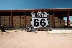 Gammal motorcykel nära historisk rutt 66 i Kalifornien Royaltyfria Bilder