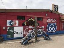 Gammal motorcykel på historiska Route 66 Royaltyfri Foto