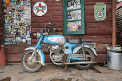 Gammal motorcykel på wood bakgrund, i Thailand Royaltyfria Bilder
