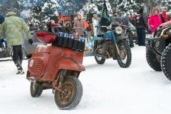 Gammal motorisk sparkcykel Vyatka fotografering för bildbyråer