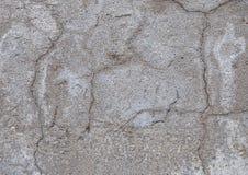 Gammal murbruk med sprickor, skrapor och att skada till betong arkivbilder