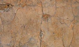 Gammal murbruk med sprickor, skrapor och att skada till betong royaltyfria foton