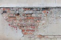 Gammal murbruk och tegelstenvägg Arkivbild