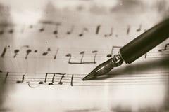 Gammal musikalisk ställning med reservoarpennan Arkivbilder