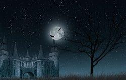 Gammal mystisk slott med fullmånen och slagträn, gammalt träd och stjärnklar himmelcloseup Royaltyfri Bild