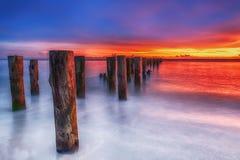 Gammal Naples för lång solnedgång för exponering scenisk pir, Florida, USA royaltyfri fotografi