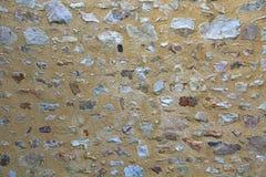 Gammal naturlig stenvägg som göras av grova stenar arkivbild