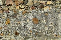 Gammal naturlig stenvägg som göras av grova stenar royaltyfria bilder