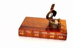 Gammal nautisk bok och kompass Royaltyfria Bilder