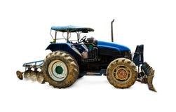 Gammal nedsmutsad traktor och stora hjul med smutsigt med full jord Royaltyfria Bilder