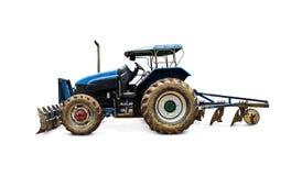 Gammal nedsmutsad traktor och stora hjul med smutsigt med full jord Arkivfoton