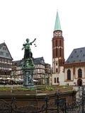 Gammal Nikolai Church och rättvisa Fountain i Frankfurt - f.m. - strömförsörjning Royaltyfri Foto