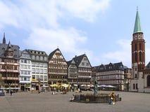 Gammal Nikolai Church och rättvisa Fountain i Frankfurt - f.m. - strömförsörjning Arkivbilder
