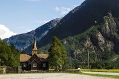 Gammal norrmankyrka på vägen till trolstigenen Arkivfoton