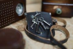 Gammal nyckel- påse för tappning royaltyfri foto