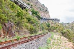 Gammal oanvänd roalroad och väg i Sir Lowrys Pass Royaltyfria Bilder