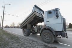 Gammal och bruten lastbil på vägen Royaltyfria Bilder