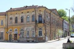 Gammal och härlig, men förstörd byggnad i stadmitten av Oryahovo fotografering för bildbyråer