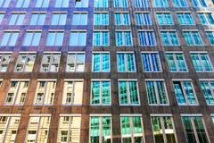 Gammal och modern arkitekturkontrastbakgrund royaltyfria foton
