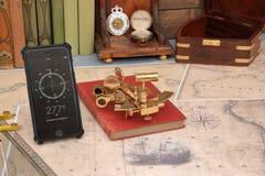 Gammal och modern navigering, nautiskt diagram, sextant och mobil ph royaltyfri bild