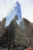 Gammal och ny arkitektur i spegeln - Manhattan - New York - USA Royaltyfri Fotografi