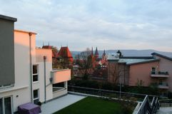 Gammal och ny del av Gelnhausen stad` s Arkivbild