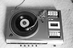 Gammal och retro skivtallrikspelare royaltyfria bilder