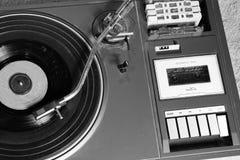 Gammal och retro skivtallrikspelare royaltyfri fotografi