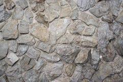 Gammal och riden ut naturlig stentegelplattavägg royaltyfria foton