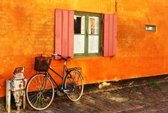 Gammal och romantisk cykel nära ett fönster Arkivfoto