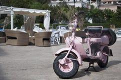 Gammal och rosa lambrettaframdel Arkivbilder
