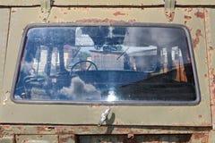 Gammal och rostig järnbil Arkivbild