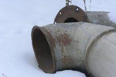 Gammal och rostig kasserad ventilation i övergiven Arkivbild