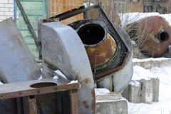 Gammal och rostig kasserad ventilation i övergiven Arkivfoton