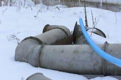 Gammal och rostig kasserad ventilation i övergiven Royaltyfri Foto