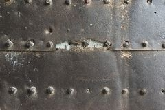 Gammal och rostig metallv?ggyttersida med stora nitar arkivfoton